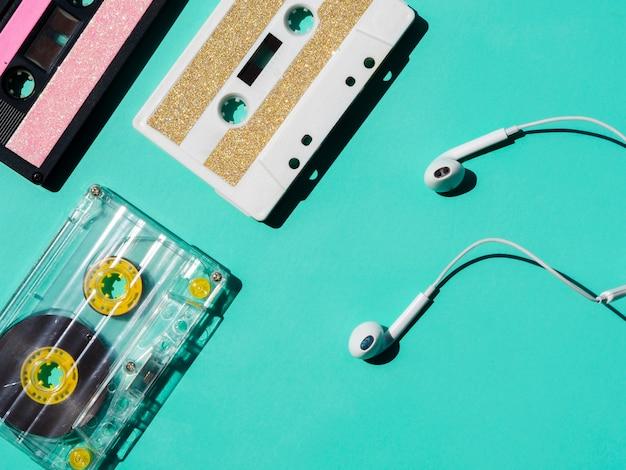 Kopfhörer in der nähe von kassettensammlung Kostenlose Fotos