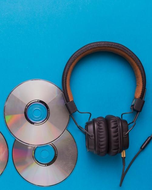 Kopfhörer mit musik-cds Kostenlose Fotos
