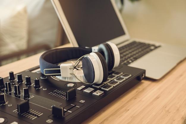 Kopfhörer mit tonmeisterkonsole im hauptaufnahmestudio Premium Fotos
