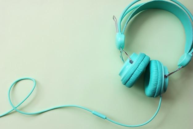 Kopfhörer türkis auf hellgrün Premium Fotos