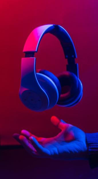 Kopfhörer, um musik zu hören. Premium Fotos