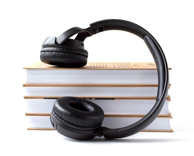 Kopfhörer und bücher auf weißem hintergrund. Premium Fotos