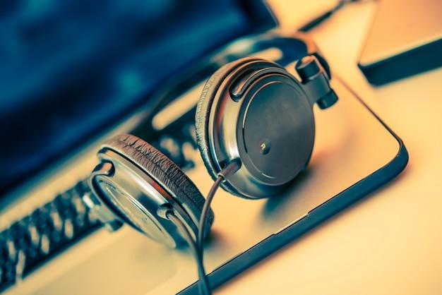 Kopfhörer auf Laptop Kostenlose Fotos