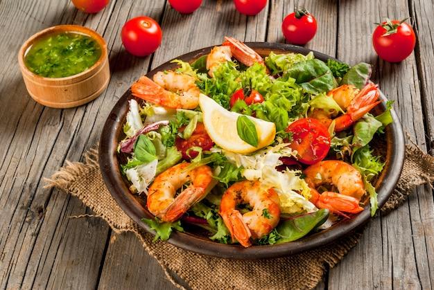 Kopfsalat mit gegrillten garnelen garnelen Premium Fotos