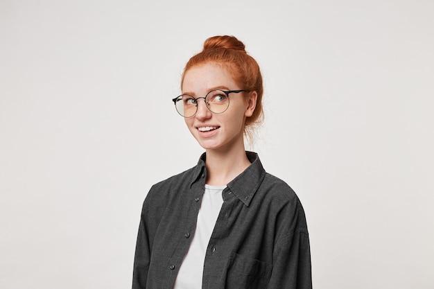 Kopfschuss einer attraktiven charmanten frau mit roten haaren Kostenlose Fotos