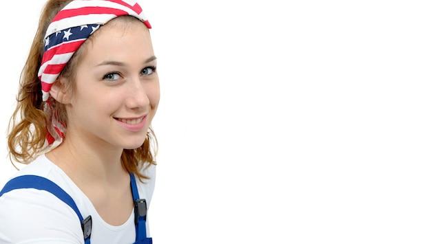 Kopfschuss einer attraktiven frau mit einem angenehmen lächeln, das schal auf kopf trägt Premium Fotos