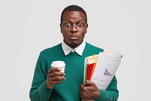 Kopfschuss eines überraschten dunkelhäutigen mannes besitzt unternehmer, trinkt kaffee zum mitnehmen Kostenlose Fotos
