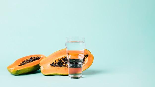 Kopieren sie den blauen hintergrund des raumes der papayafrucht Kostenlose Fotos