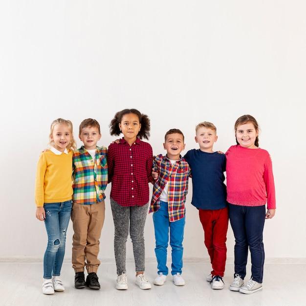 Kopieren sie kleine kinder am buchtag Kostenlose Fotos