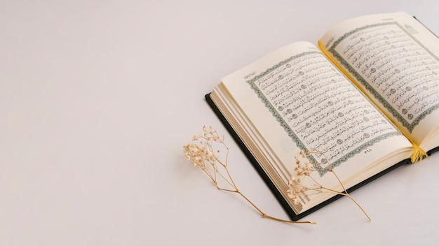 Kopieren sie platz mit geöffnetem quran Premium Fotos