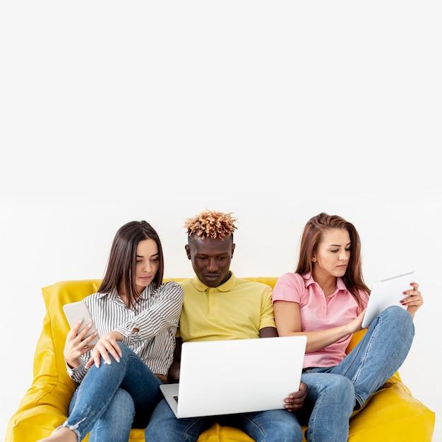 Kopieren sie raumfreunde auf couchmodell Kostenlose Fotos