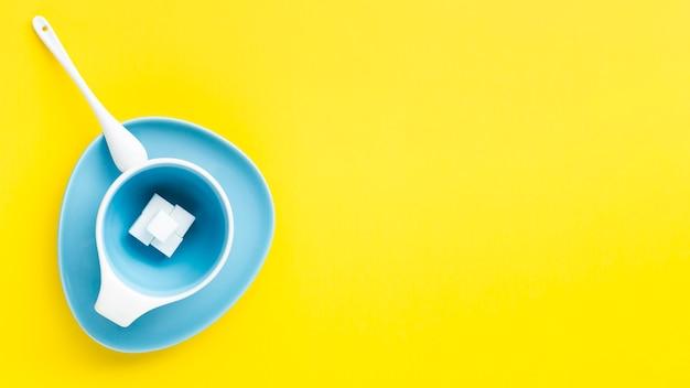Kopieren sie raumgelbhintergrund mit cup Kostenlose Fotos