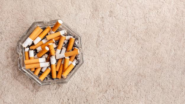 Kopierraum asthray mit zigaretten Premium Fotos