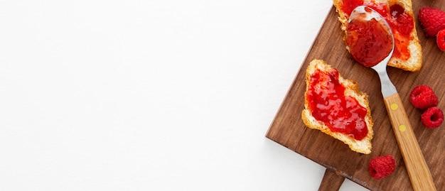 Kopierraum für französische croissants und erdbeermarmelade Premium Fotos