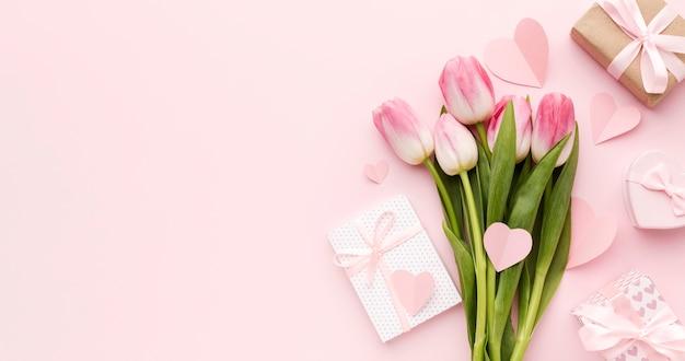 Kopierraumgeschenk neben tulpen Kostenlose Fotos