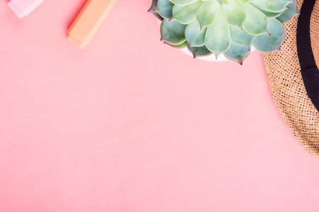 Korallenrote flache lage mit hut und markierungen Premium Fotos