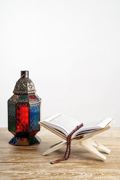 Koran arabische laterne und beten perlen auf weiß Premium Fotos