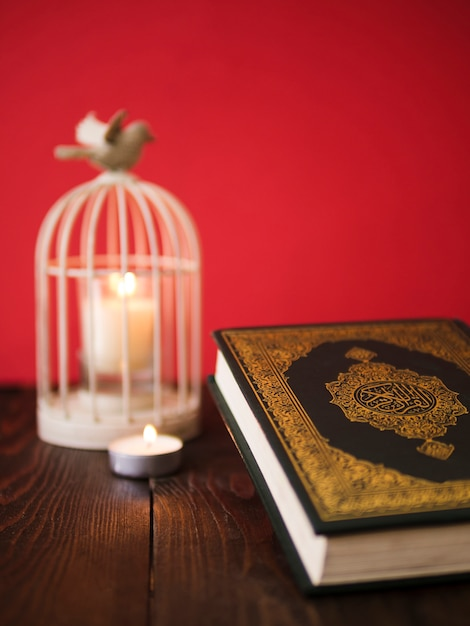 Koran auf tisch mit vintage birdcage kerzenhalter Kostenlose Fotos