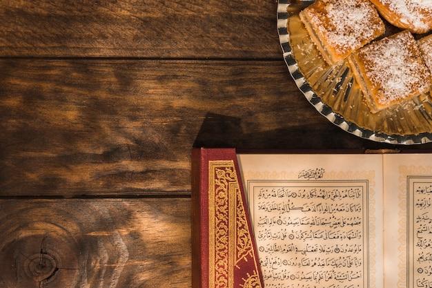 Koran, der nahe arabischem nachtisch liegt Kostenlose Fotos