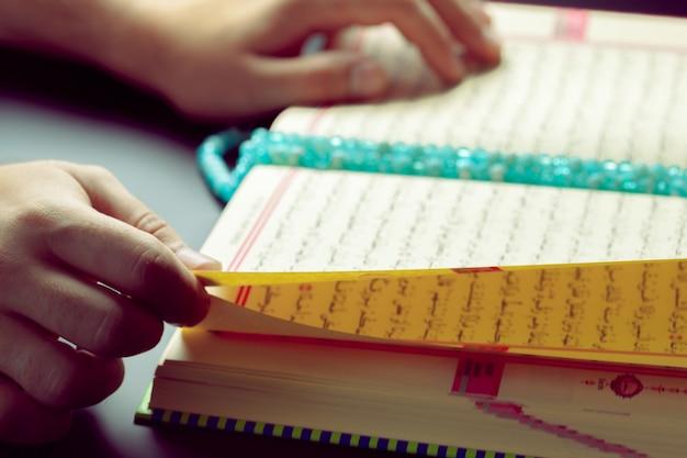 Koran - heilige schrift der muslime Premium Fotos