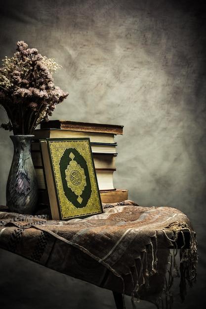 Koran - heiliges buch der muslime (öffentliches objekt aller muslime) auf dem tisch, stillleben Premium Fotos