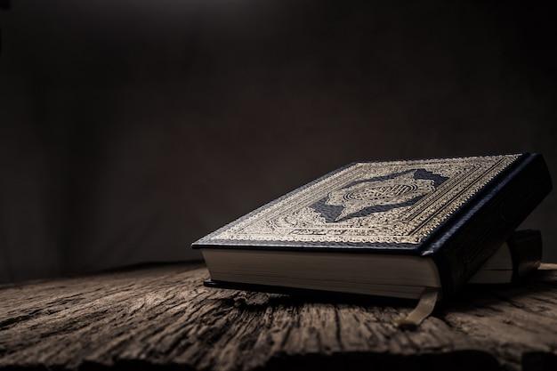 Koran - heiliges buch der muslime Premium Fotos