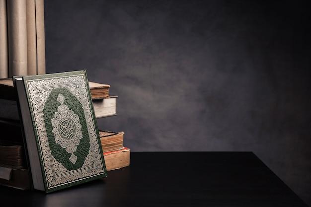 Koran - heiliges buch von moslems (öffentliches einzelteil aller moslems) auf dem tisch Premium Fotos