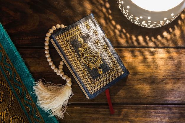 Koran in der nähe von lampe und matte Premium Fotos