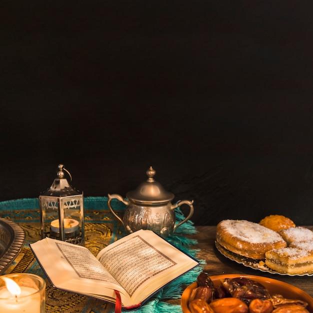 Koran inmitten von essen und dekorationen Kostenlose Fotos