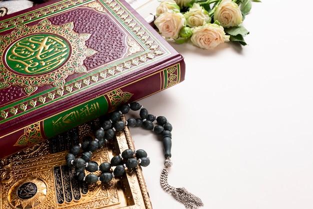 Koran mit rosen und musbaha mit kopienraum Kostenlose Fotos