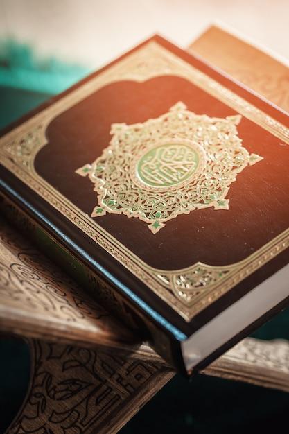 Koranheilige schrift der moslems, allgemeines einzelteil aller moslems auf der tabelle Premium Fotos