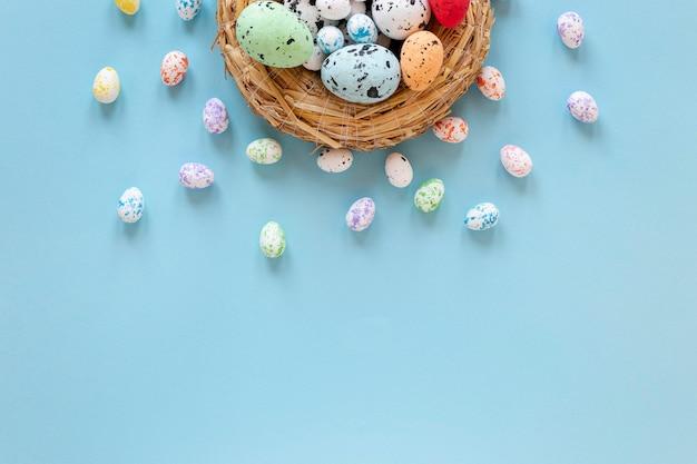 Korb mit bemalten eiern für ostern Kostenlose Fotos