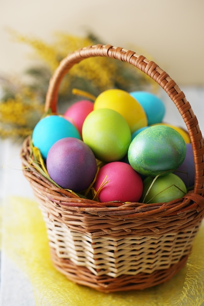 Korb mit eiern Premium Fotos