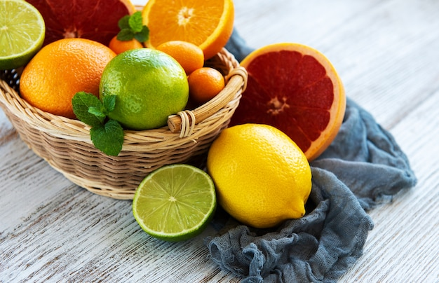Korb mit frischen früchten der zitrusfrucht Premium Fotos