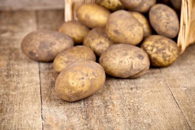 Korb mit frischen kartoffeln Premium Fotos