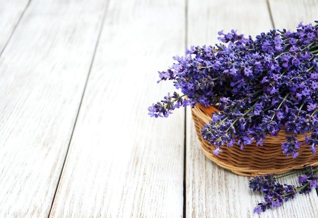 Korb mit lavandablumen Premium Fotos