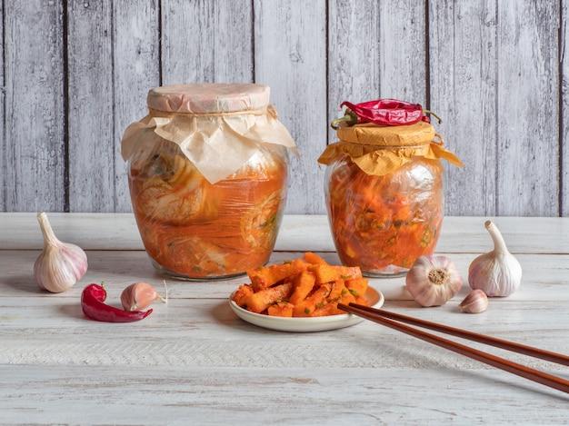 Korea-kimchi-kürbisessiggurken auf einem weißen hölzernen hintergrund. Premium Fotos