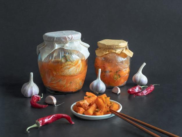 Korea kimchi kürbisgurken auf einem schwarzen tisch. Premium Fotos