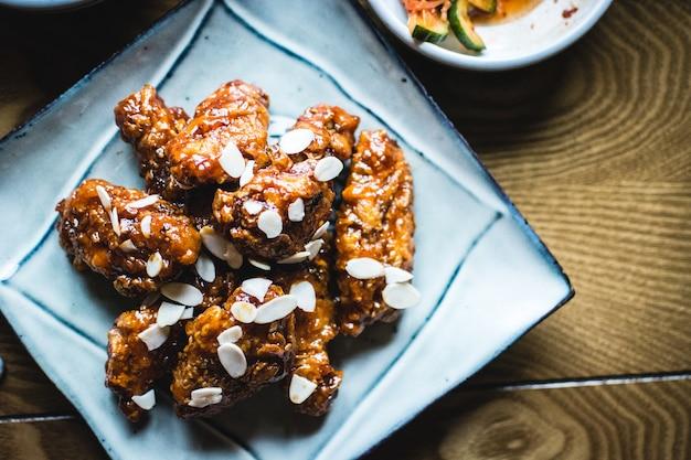 Koreanische hähnchenflügel in barbecue sauce Kostenlose Fotos