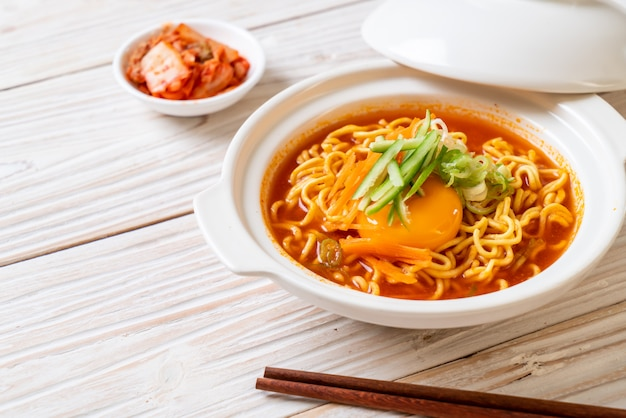 Koreanische scharfe instantnudeln mit ei, gemüse und kimchi Premium Fotos