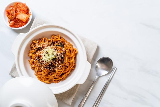 Koreanische scharfe und würzige instantnudel mit kimchi Premium Fotos
