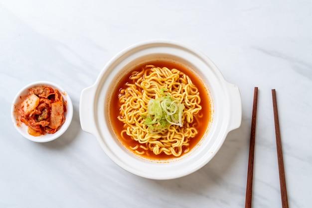 Koreanische würzige instantnudeln mit kimchi Premium Fotos