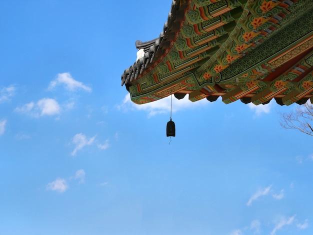 Koreanisches tempeldach mit glocke. Premium Fotos