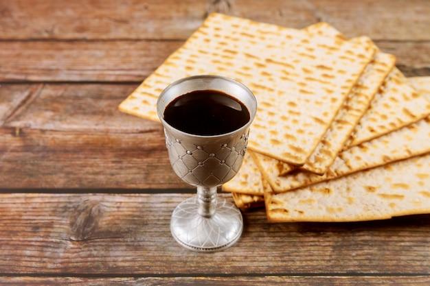 Koscherer kiddusch im jüdischen feiertagskonzept des silberbechers. Premium Fotos