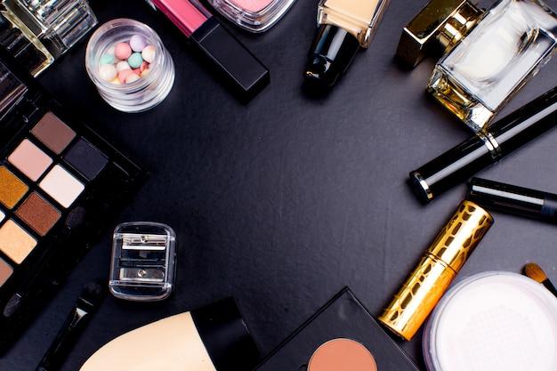 Kosmetik auf dunkelheit, nahaufnahme Premium Fotos