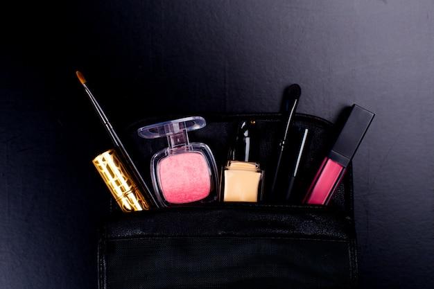 Kosmetik auf dunklem hintergrund, nahaufnahme Premium Fotos