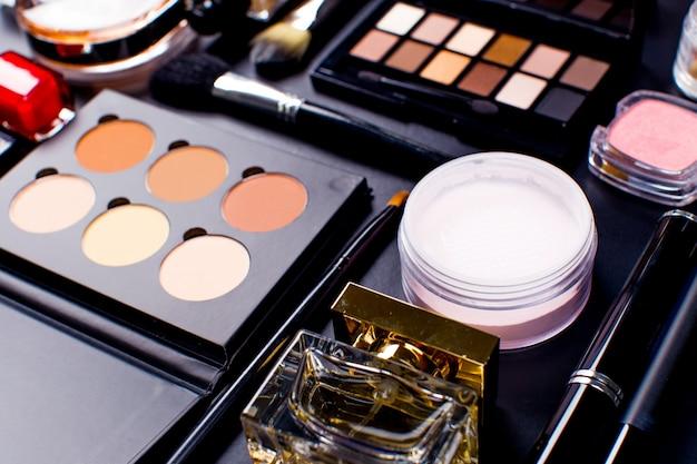 Kosmetik auf dunkler oberfläche, nahaufnahme Premium Fotos