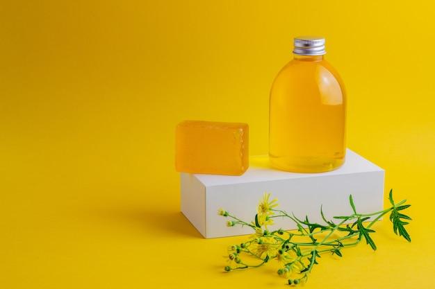 Kosmetik auf gelb. minimalismus. hautpflege. Premium Fotos