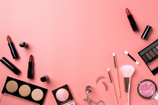 Kosmetik bilden rosa hintergrundkopien-raumtextschönheit der flachen lage Premium Fotos