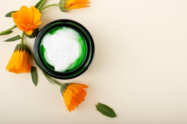 Kosmetik, creme, gel, shampoo und hyaluronsäure. gesichts- und körperpflege. Premium Fotos